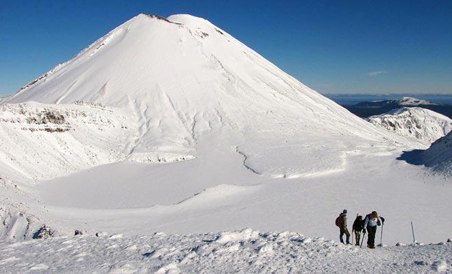 De wandeling kan in de winter gedaan worden, maar alleen in het kader van een berggids. Het zal nodig zijn om krampjes te dragen voor bepaalde stadia. Ik ging door de tocht op de eerste dag van de lente toen er nog sneeuw was en de moeilijkheid was veel groter dan in de zomer.