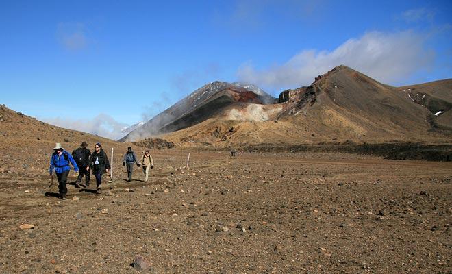 Se l'escursione è libera, il percorso Tongariro Alpine Crossing non segue un ciclo. In altre parole, sarà necessario che una navetta arrivi all'arrivo e ti rimpatri alla fine della giornata. Il viaggio vi costerà un minimo di 20 dollari per partecipante.