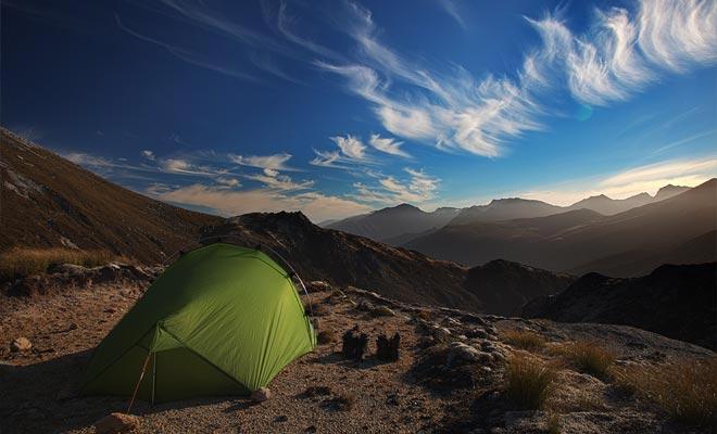 Vrijheid camping is wettelijk, maar soms geregeld in toeristische plaatsen. Het is noodzakelijk om voor het kamperen te informeren.