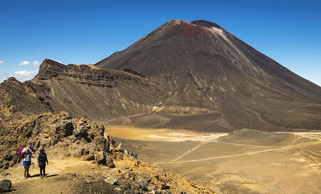 La gran fuerza de Tongariro Crossing es ofrecer una gran variedad de paisajes. El comienzo de la ruta tiene lugar en un antiguo campo de lava, luego el ascenso del volcán revela lagos turquesa, y el descenso en la otra ladera termina en un magnífico bosque.
