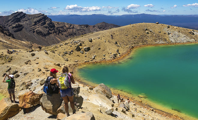 Los excursionistas de Tongariro Crossing serán recompensados por sus esfuerzos con la belleza de los lagos turquesa del cráter central y luego el lago azul a medio camino.