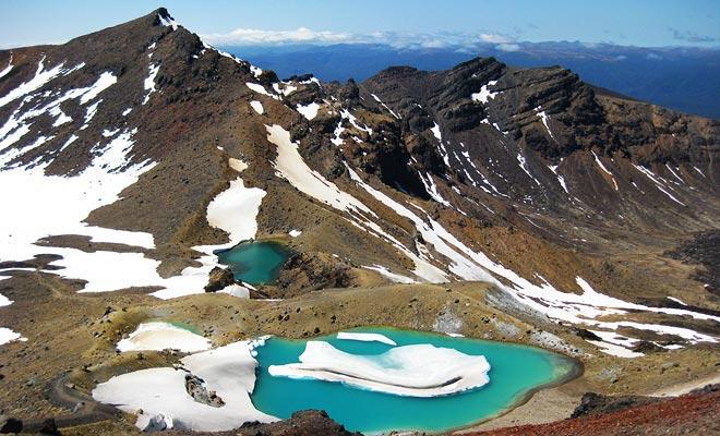 El Tongariro Crossing es una caminata que se puede hacer durante gran parte del año sin guía. Pero en invierno, los lagos de color turquesa se ocultan bajo el hielo y una guía es muy recomendable.