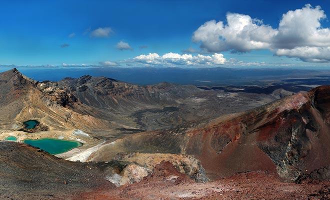 De turquoise meren bevinden zich in de centrale krater. U kunt ze zien als u de top van de wandeling bereikt.