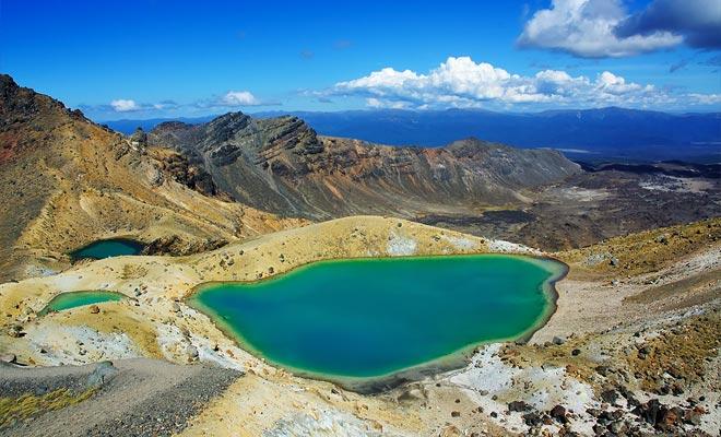 Het water van de turquoise meren is niet drinkbaar. Het rookt licht door de vulkanische activiteit. Onmogelijk om hier te baden, natuurlijk.