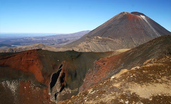 De spectaculaire rode kleur van de krater hangt samen met de aanwezigheid van ijzeroxide. Het komt uit vulkanische activiteit, en is ook gevonden op het White Island.