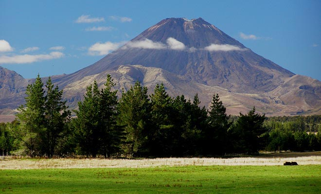 Algunos volcanes en la Isla Norte aún están activos y pueden estallar. Los vulcanólogos miden los riesgos para proteger a la población.