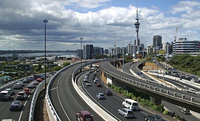 Verkeersopstopping beïnvloedt alleen grote steden zoals Auckland. Het begin en het einde van de dag moeten worden vermeden wanneer werknemers de stad binnenkomen of verlaten. In de provincies worden de paar verkeersjassen veroorzaakt door veestapelen.