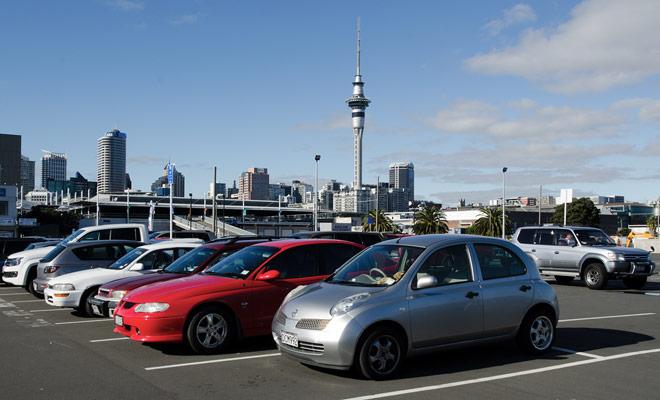 Tómese el tiempo para estudiar los controles del vehículo antes de entrar en el tráfico. Si la agencia de alquiler tiene un aparcamiento, aprovecharlo para hacer algunas pruebas para ganar confianza.