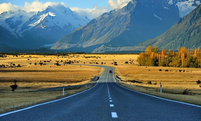 Los tres principales tipos de transporte adecuado para una visa de trabajo y vacaciones son el coche, la mini-camioneta (o autocaravana) y el autobús. Dependiendo de la frecuencia de los viajes y el presupuesto, preferirá uno u otro, sabiendo que puede ser más interesante comprar un vehículo que contratar uno.