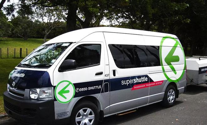 El supershuttle es un servicio de transporte desde el hotel al aeropuerto (y viceversa) que es especialmente conveniente en la noche cuando la red de autobuses ya no funciona y los taxis están abrumados.