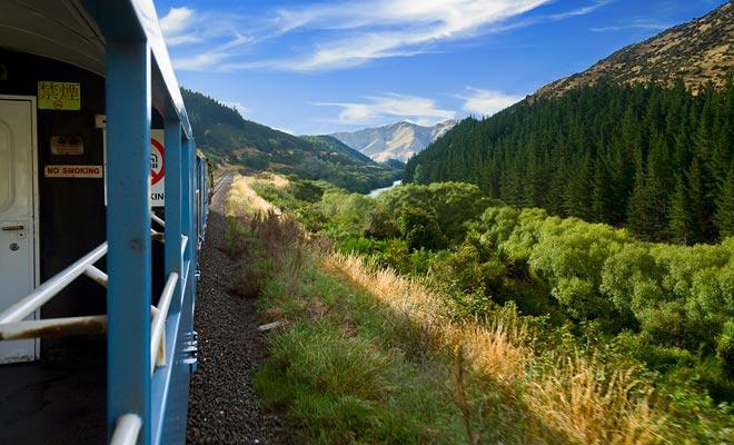 Toeristische lijnen zoals de Taieri Gorge of Tranzalpine kruis adembenemende berglandschap.