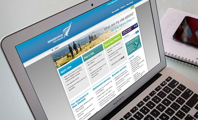 U kunt per mail naar het visumcentrum in Londen solliciteren. Het is echter aan te raden om verbinding te maken met internet op de website van de Immigratie.
