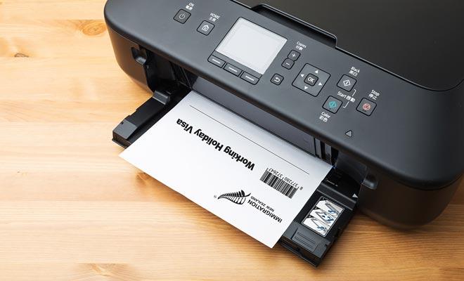De Working Holiday Visa wordt niet verzonden door het postkantoor. U moet een document van de Immigratieafdeling downloaden en zelf afdrukken. Zo verrassend als het lijkt, wordt het visum op één vel A4-papier afgedrukt.