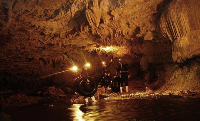 El río subterráneo de Ruakuri es la oportunidad ideal para ser llevado por la corriente, cómodamente instalado en una cámara de aire.