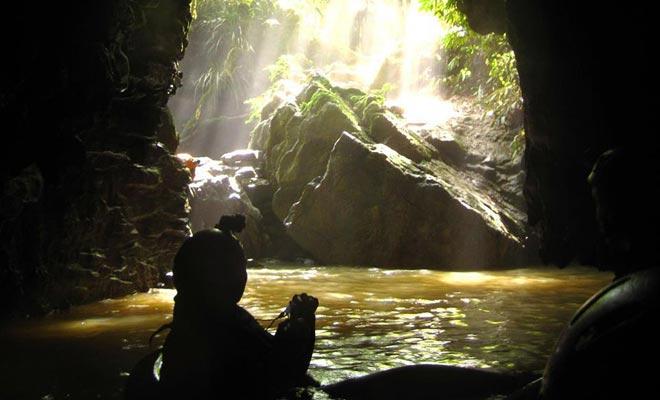De rivier van Ruakuri sluit zich aan op het oppervlak na een reis onder de grond. Voor amateurcavers markeert dit het einde van het avontuur.