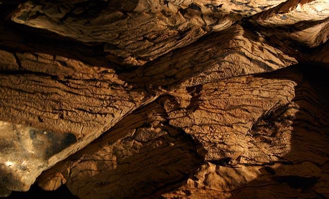 Toda la región descansa sobre una capa de piedra caliza de 200 metros de espesor. Era una vez un fondo marino cuando la zona estaba cubierta por el mar.