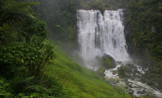 Si planea visitar cuevas Waitomo o no, considere tomar un desvío para admirar las Cataratas Marakopa.