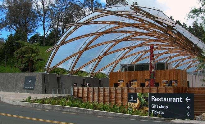 El centro de visitantes de Waitomo es de fácil acceso. Promueve principalmente las principales excursiones, pero hay otras (véanse los consejos de Ben el Kiwi al final del artículo).
