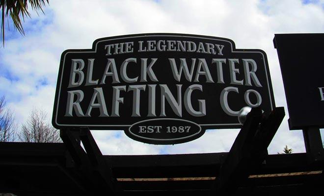 Tres excursiones son ofrecidos por The Black Water Rafting Company.