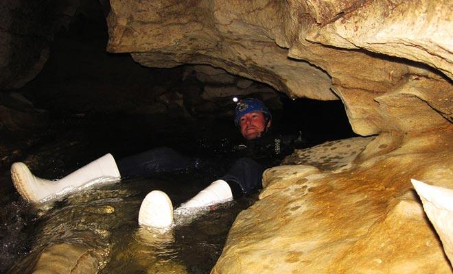 Saber nadar es tranquilizador y le permite saborear la exploración de las cuevas. Pero esta no es una habilidad indispensable y el río no es lo suficientemente profundo, ni la corriente lo suficientemente fuerte como para estar en peligro.