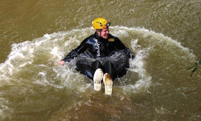 De luchtkamer kan gemakkelijk in water of in watervallen springen.