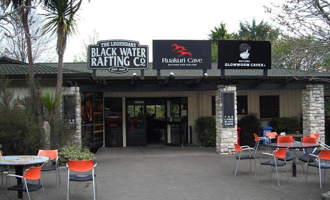 La mejor manera de inscribirse en un tour de Black Water es reservar en línea. Pero también puede decidir usted mismo en el último minuto en el acto.