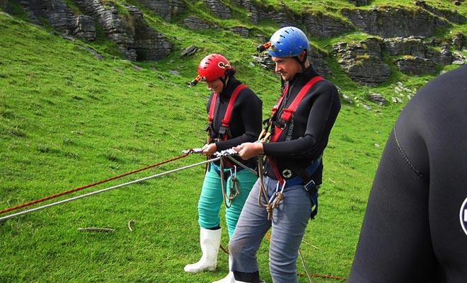 El descenso en la cueva de Ruakuri tendrá lugar en un Tomo que desciende al centro de la Tierra. Una sesión introductoria de rappel tiene lugar antes de cada excursión de Agua Negra