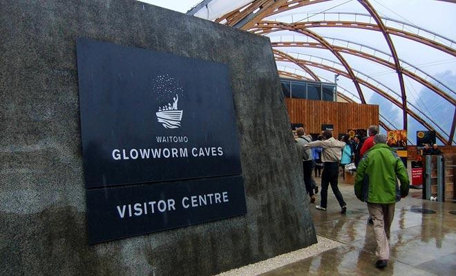 El nuevo centro de recepción de Waitomo ha reemplazado al antiguo destruido por un incendio.
