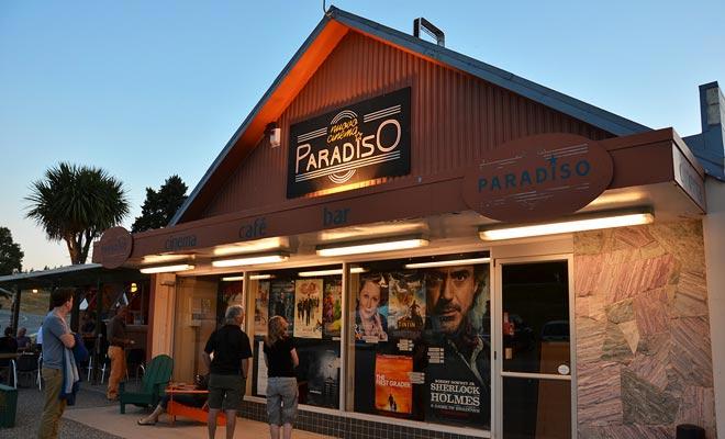 Met de Paradiso-cinema kunt u een goede filmzitting op een bank of zelfs in een oude auto kijken. En ook tijdens de film kun je pizza's hebben!