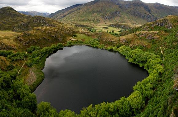Het Diamond Lake ligt halverwege de wandeling naar de top van de Rocky Mountain.