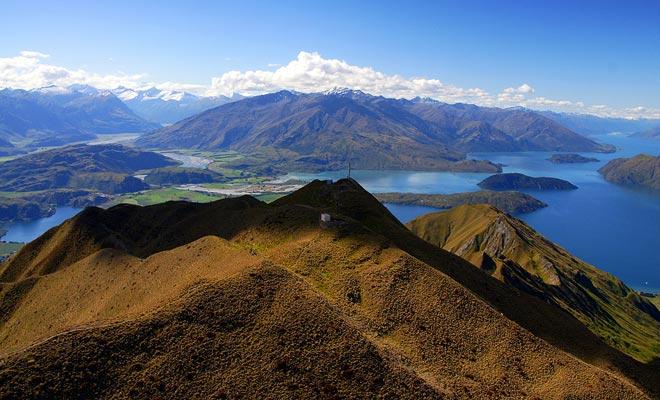 De top van Rocky Mountain biedt een prachtig uitzicht op het meer en de bergen van het gebied.