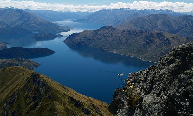 Las montañas de Otago protegen los valles del poderoso viento de la West Coast. Como consecuencia directa, las temperaturas de las ciudades de Queenstown o Wanaka son ideales en verano e incluso en otoño.