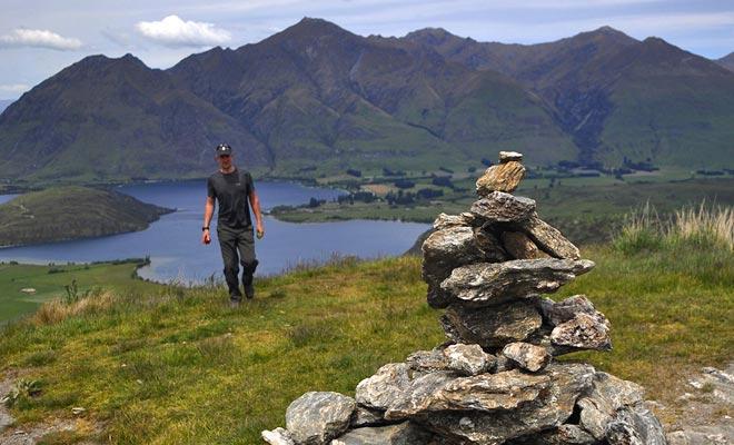 Het is een gewoonte om rotsen bovenop een berg te stapelen. U kunt uw steen naar het gebouw op de top van de Rocky Mountain brengen.