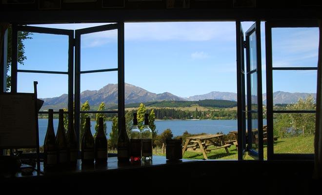 U kunt zich inschrijven voor een wijnproeverij in het Nick Mills-eigendom, genaamd Rippon Vineyard. Het uitzicht op het meer verdient het!