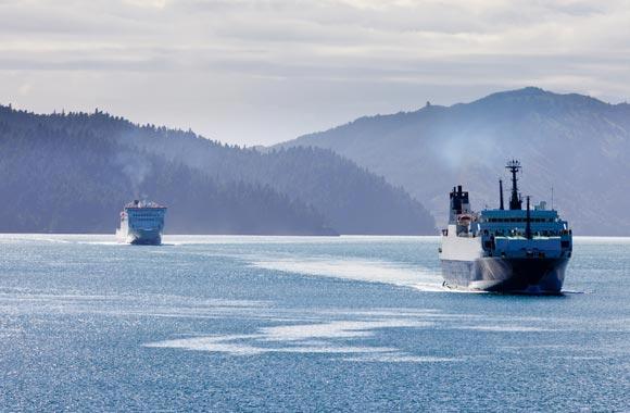 El avión es una manera conveniente de ir de una isla a otra. La mayoría de los turistas utilizan el ferry que crossess varias veces al día.