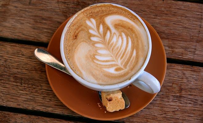 Sinds de Kiwi's koffie hebben ontdekt, is de thee van vijf uur in daling. Er zijn geen cafes die in Auckland zijn geopend.