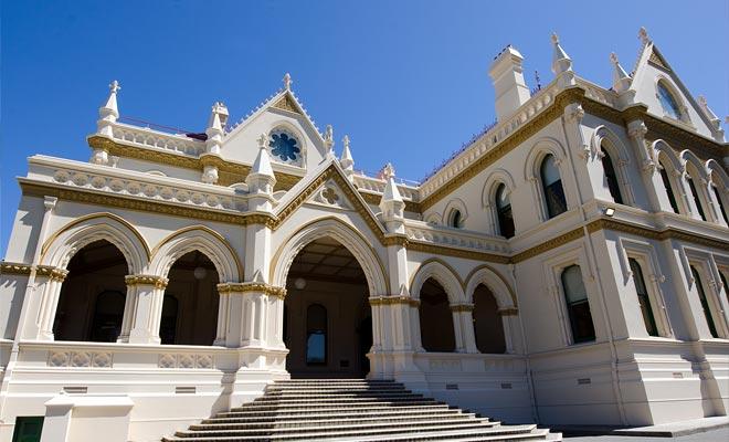 La biblioteca de Wellington tiene una arquitectura magnífica. El edificio está situado en un jardín público en el centro de la ciudad.