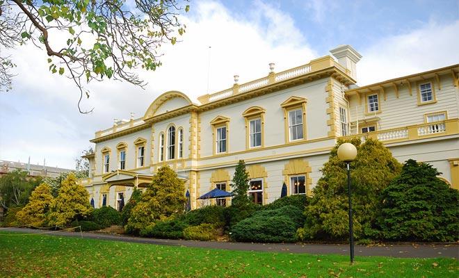 Hout heeft het voordeel om beter te kunnen tegen aardbevingen dan beton. Om deze reden zijn veel openbare gebouwen zoals het voormalige parlement gebouwd in kauri hout.
