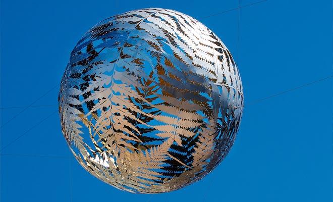 La esfera suspendida sobre el Centro Cívico representa varias variedades de helechos entrelazados. El helecho es el emblema del país.