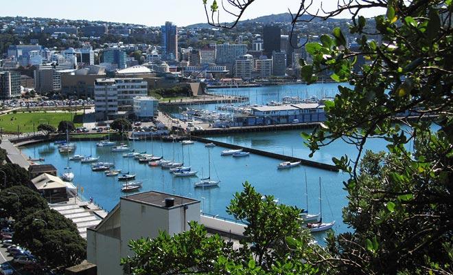 El distrito Waterfront es un antiguo puerto transformado en un área recreativa. Es especialmente famoso por el paseo adornado con citas de escritores.