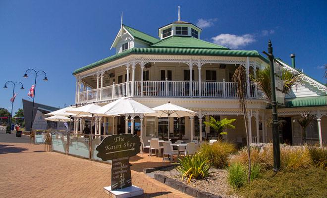 Downtown Whangarei heeft prachtige landhuizen in koloniale stijl en de meeste zijn omgezet in restaurants of hotels.