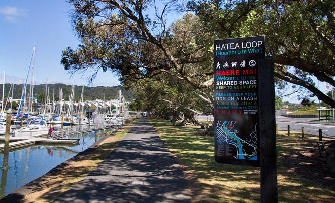 Hatea loop is een korte wandeling die rond de Whangarei jachthaven gaat. In de schaduw van de bomen gaat u langs de kade.