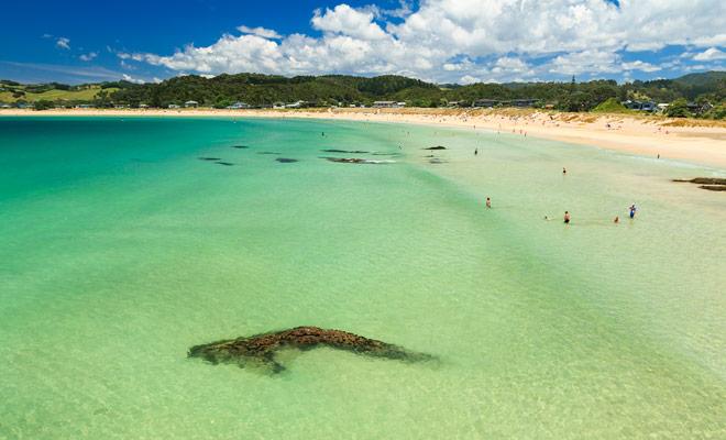Halve maanvormig, en met zijn kristalheldere water is het strand van Matapouri Bay een van de mooiste in Nieuw-Zeeland. U kunt er tijdens de zomermaanden zwemmen.