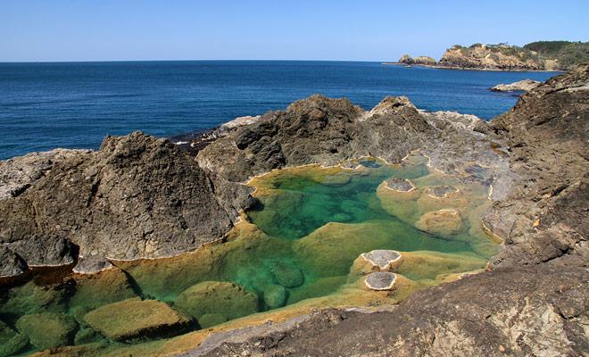 De zeemeermin zwembaden worden gevuld op hoogwater en het water verwarmt in de zon om zwemmers op te vangen. Pas op, omdat de toegang tot de Mermaid Pools niet makkelijk is.