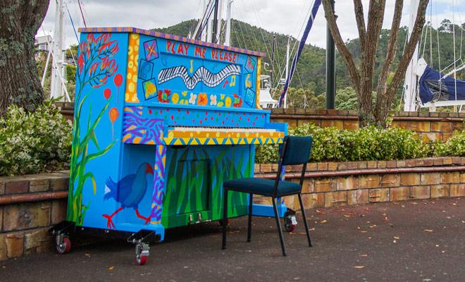 De sfeer is ontspannen in het centrum van Whangarei, en u kunt zelfs de self-service piano spelen als u dat wilt.