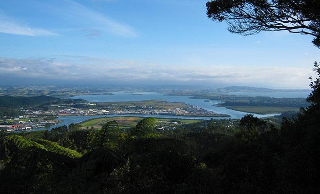 Om Whangarei en de hele regio te bewonderen, kunt u te voet of met de auto Mount Parihaka beklimmen. Een monument van de Tweede Wereldoorlog staat bovenaan.