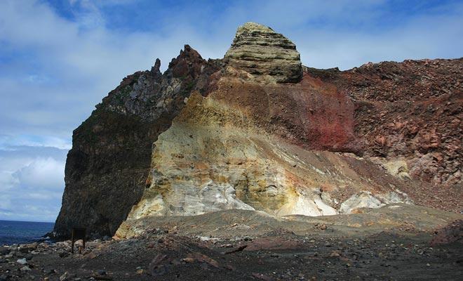 Het is de uitzonderlijke zuurgraad vrijgegeven door de fumarolen die de rode kleur van de rots legt.