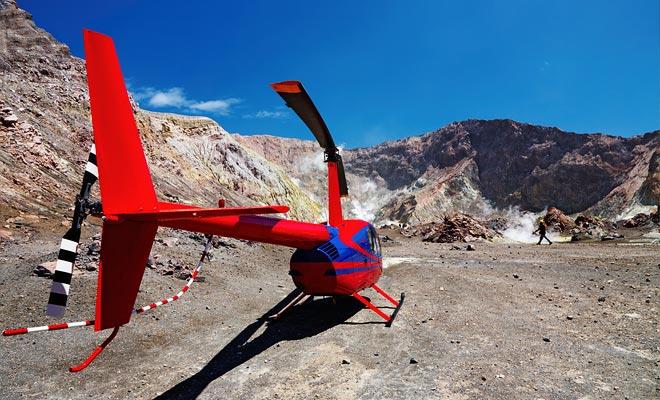 Als u aan zeeziekte onderhevig bent, kunt u per helikopter de vulkaan bezoeken. Natuurlijk is deze wijze van vervoer duurder, maar het is spectaculair.