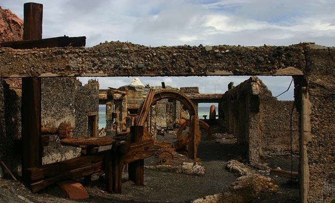 De zwavelfabriek is in ruines en corrosie verliest het beetje voorbij. Sommigen zullen zeggen dat het langzaam door de vulkaan wordt verteerd.