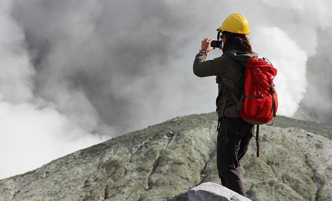 Het gasmasker is niet altijd nodig, maar het is onontbeerlijk bij de centrale krater waar het giftige meer ligt.